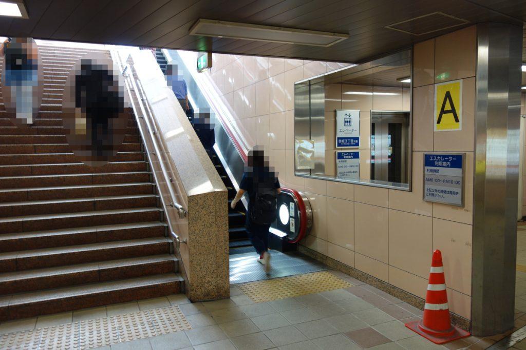 A出口には、階段・エスカレーター・エレベーターがあります