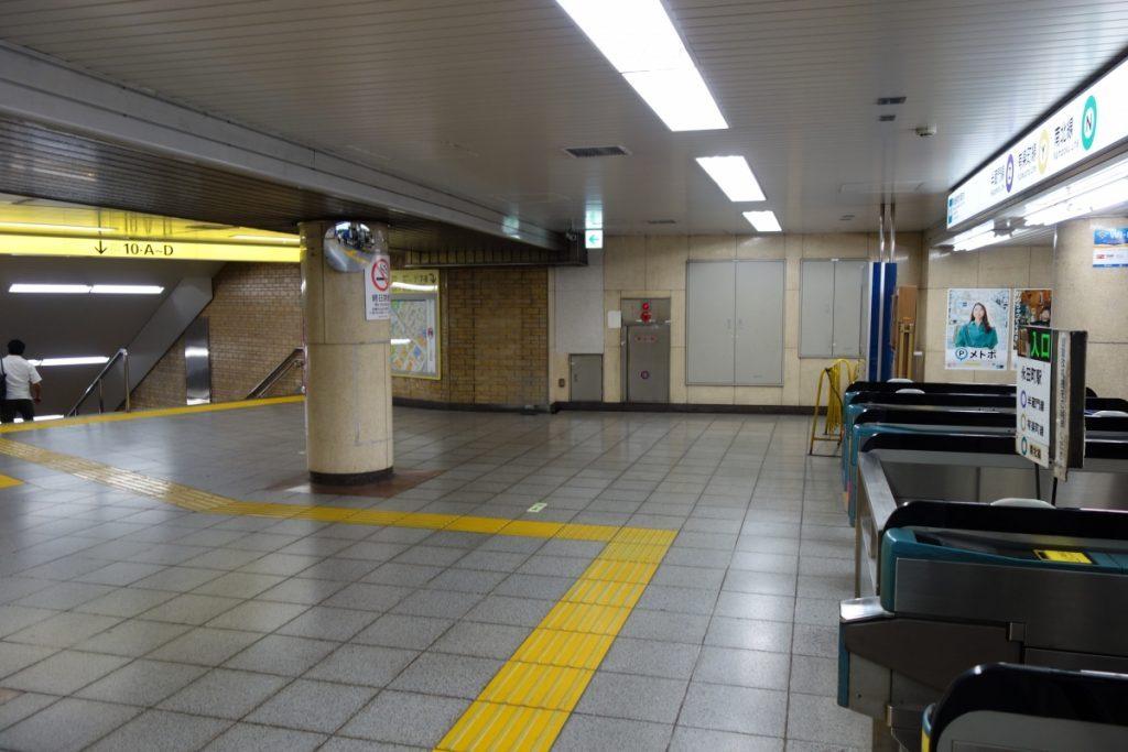 永田町駅改札を出て目の前の階段を下ります